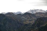 Au fond, le Pic d'Estaragne, le Pic de Campbieil et le Pic de Neouvielle
