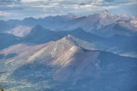 Le Soum de la Pene dans le soleil, derriere, le Pic de Bazes et le Pic de Navaillo, a droite, le Pic de la Moulle de Jaut