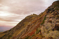 Le Pic de Montaigu se rapproche dans le ciel rouge du matin