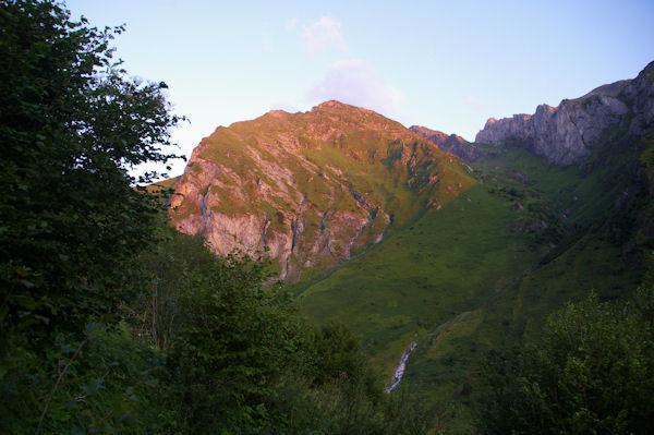 L_Anquié et le vallon du Labardaus éclairés par les premiers rayons du soleil