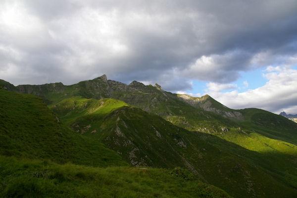 Le vallon de Cuyèbe surmonté des Pics de Ralhoun et de Sarret