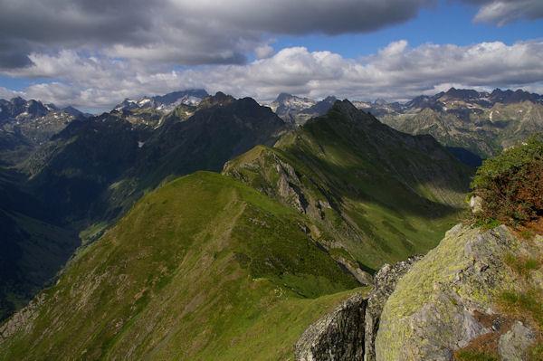 Devant, le Pic de Sarret, au fond le Balaïtous et le Palas