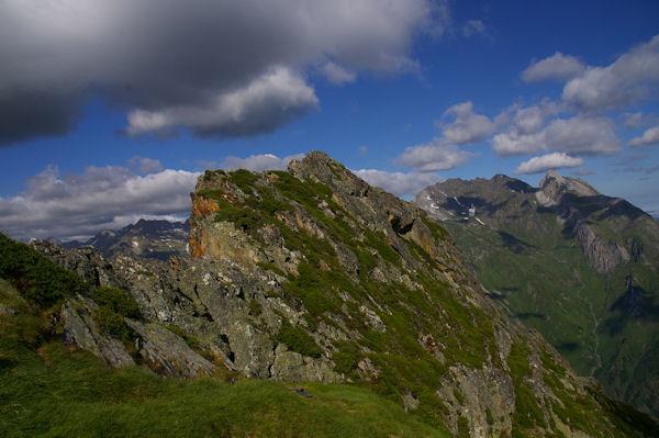 Le Pic de Mousquès, au fond à droite, les Pics de Gabizos