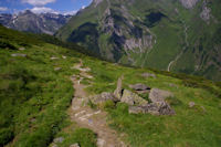 A ce cairn, prendre le sentier de droite pour descendre vers la cabanne de Mauvesi