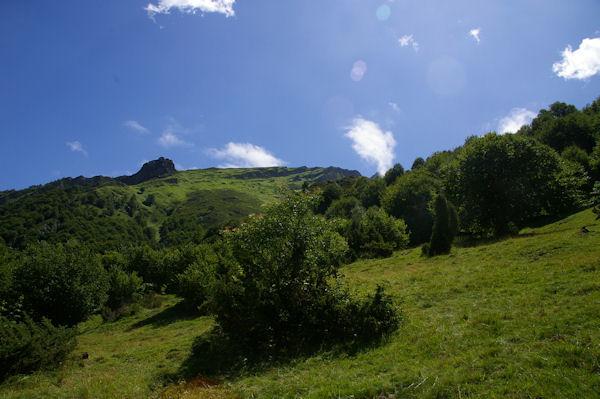 Le chemin passe à la base du promontoire rocheux au dessus du ruisseau d_Ourey
