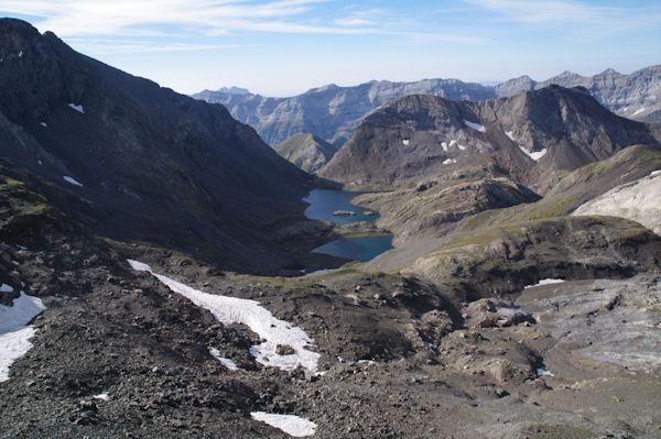La Robinera à gauche et les lacs de la Munia depuis le Col de la Munia