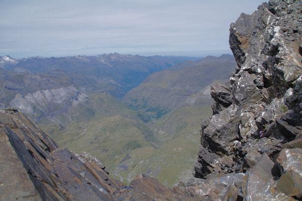 Petite brèche dévoilant la vallée de Héas et plus loin, la vallée du Gave de Pau