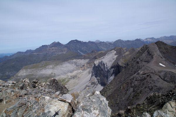 Les pics Est du Cirque de Troumouse depuis le Pic de la Munia, au fond, les Pic du massif du Néouvielle, derrière, le Pic du Midi de Bigorre