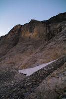 Le neve en V annonciateur de la remontee dans la muraille du Cirque de Troumouse