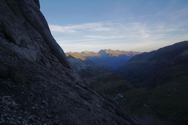Le soleil levant illumine les sommets surmontant la vallée du Gave de Pau
