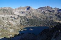 L'extremite Ouest du Lac d'Aubert et au fond, le Pic Dets Coubous, le Pic de Madamete et le Pic d'Estibere