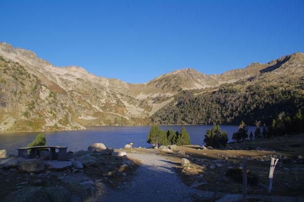 Le Lac d_Aubert, au fond la Hourquette d_Aubert
