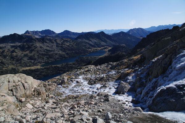 Ambiance glaciale en montant au Pic de Néouvielle, au fond, les Lacs d_Aubert et d_Aumar