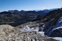 Ambiance glaciale en montant au Pic de Neouvielle, au fond, les Lacs d'Aubert et d'Aumar