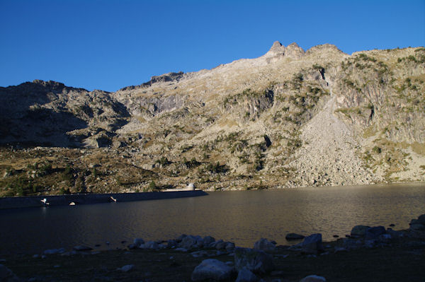 Le barrage du Lac d_Aubert, au dessus, la crête des Laquettes finissant par le Pic de Néouvielle