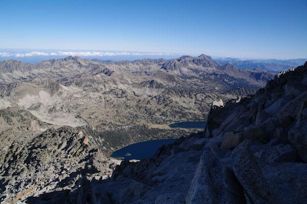 Sous le sommet du Pic de Néouvielle, en bas, les Lacs d_Aubert et d_Aumar