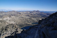 Sous le sommet du Pic de Neouvielle, en bas, les Lacs d'Aubert et d'Aumar