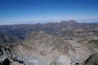 Au fond a droite, le Pic du Midi de Bigorre depuis le sommet du Pic de Neouvielle