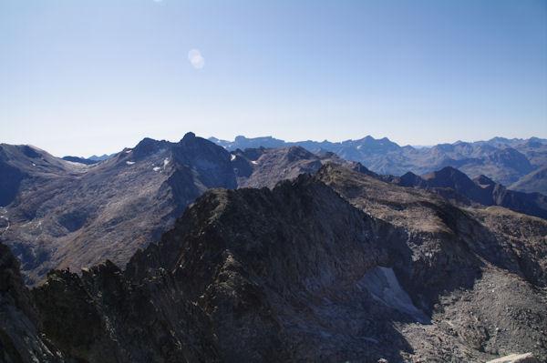 Au premier plan, le Pic des Trois Conseillers suivit du Turon de Néouvielle, plus loin à gauche, le Pic Long, au fond, le Mont Perdu et le Cirque de Gavarnie