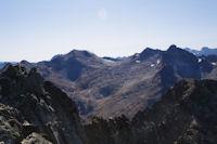 Au premier plan, la celebre arete des Trois Conseillers suivie du Pic des Trois Conseillers, derriere, l'Estaragne, le Pic de Campbieil, le Pic Badet et le Pic Long, plus loin, le Mont Perdu et le Cylindre du Marbore