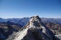 Le cairn sommital du Pic de Neouvielle, juste a gauche, la Vignemale et son glacier