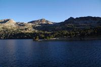 Le Lac d'Aubert, au fond le col de Madamete encadre par le Pic de Madamete et le Pic d'Estibere, a gauche, le Pic Dets Coubous