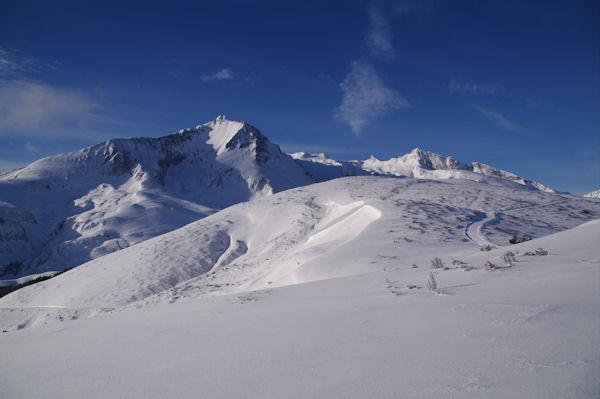 Au centre, la dôme du Cap d_Aout, au fond, le Petit Gabizos et le Pic de la Latte de Bazen