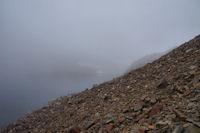 Le sentier dans la pierraille au dessus du Lac du Col d'Arratille
