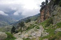 Le sentier a flanc au dessus de la vallee d'Arratille