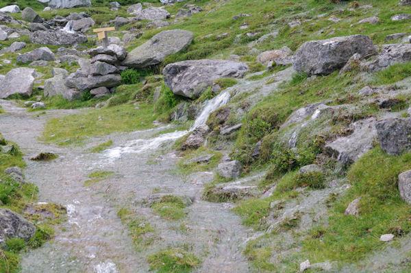 Le sentier de la montée au refuge Ledormeur completement innondé