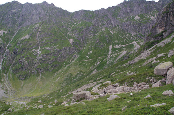 Le sentier montant au Port de la Peyre Saint Martin sous la crête du Mont Maou