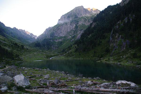 Le Lac de Suyen, au fond de la vallée, le Port de la Peyre Saint Martin