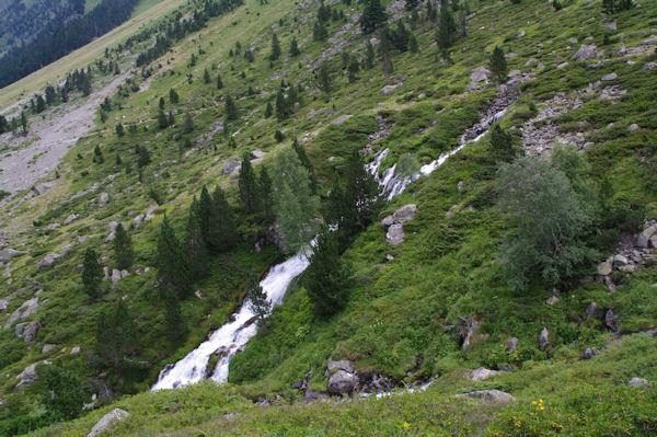 Une cascade sur le Gave d_Arrens