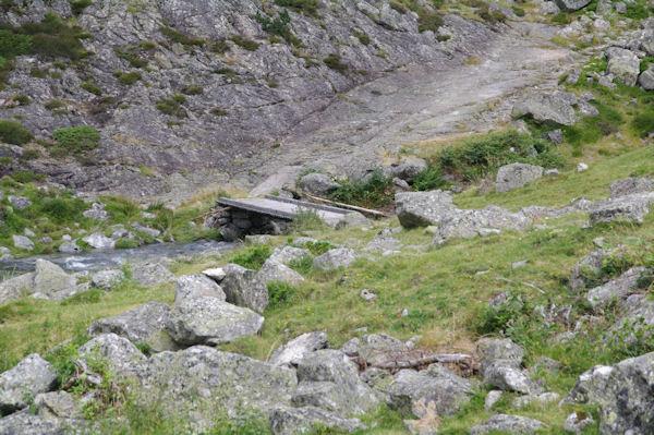 La passrelle permettant de passer rive gauche du Gave d_Arrens au bout du Lac de Suyen