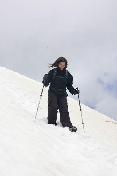 Camille dans la traversée sous le sommet du Petit Vignemale pour atteindre la crête Ouest-Nord-Ouest
