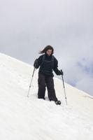 Camille dans la traversee sous le sommet du Petit Vignemale pour atteindre la crete Ouest-Nord-Ouest