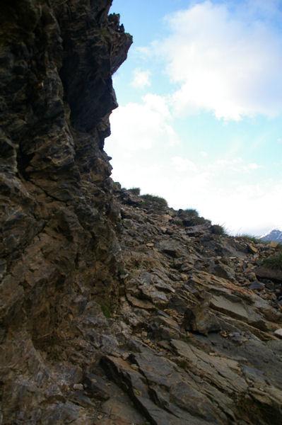 Le chemin au dessus du Barrancoue d'Ossoue taillé dans le roc