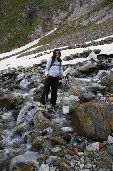 Camille au passage d'un torrent venant du Glacier d'Ossoue