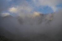 Le massif du Vignemale dans les brumes matinales
