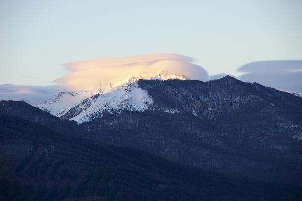 Les premiers rayon du soleil atteignent les sommets embrumés des Gabizos