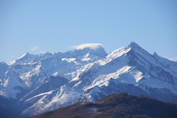 Le Pic du Balaïtous embrumé et plus en avant le Pic du Midi d&#39Arrens