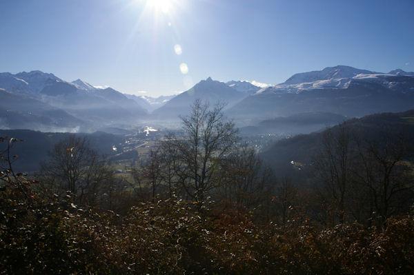 La vallée du Gave de Pau et Argelès Gazost au centre, le Pic de Viscos et plus à droite le Pic de Cabaliros