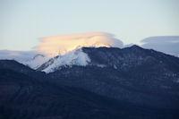 Les premiers rayon du soleil atteignent les sommets embrumes des Gabizos