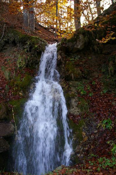 Une cascade au bord de la route des Bordères