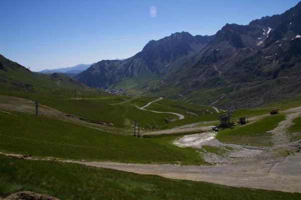 La montée au col du Tourmalet, la Mongie au fond