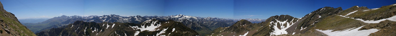 En montant la vue s&#39élargie et la chaine des Pyrénées se déploie