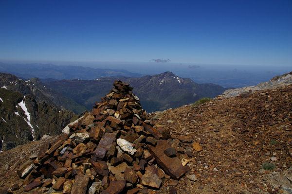 Un gros cairne avec le Montaigut derrière