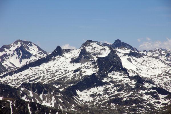 A gauche, le Pic long puis le Ramougn, le Néouvielle, derièrre, les Trois Conseillers et le Turon de Néouvielle depuis le Pic du Midi de Bigorre