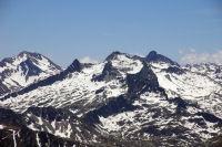 A gauche, le Pic long puis le Ramougn, le Neouvielle, derierre, les Trois Conseillers et le Turon de Neouvielle depuis le Pic du Midi de Bigorre