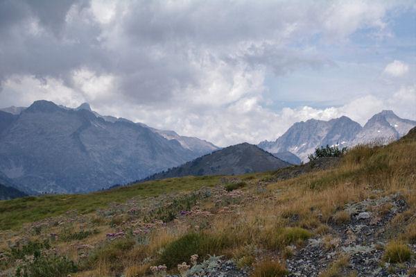 Le Soum de Monpelat encadré par le Pic Long et les Pics de Néouvielle